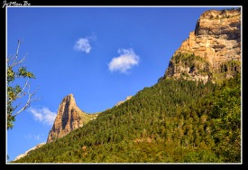 El Tozal del Mallo es la estribación sur del pico Mondarruego, destaca desde la entrada del valle por su impresionante cara sur a pesar de contar con altura discreta (2.254 metros), es una de las montañas más conocidas y características de Ordesa. Es una pared que intimida cuando la miramos desde abajo y que parece inexpugnable, pero sin embargo presenta dos bonitas y sencillas vías de acceso a su cumbre a través del Circo de Carriata. Lo más fácil es subir por las Clavijas y el descenso por la Fajeta. La cima del Tozal del Mallo es amplia, llana, y con grandes vistas.