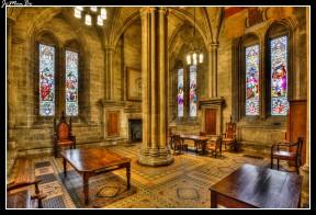 La Catedral de Glasgow, también conocida como High Kirk de Glasgow o la catedral de San Mungo. Fue consagrada en 1197. La catedral de Glasgow adoptó el culto protestante durante la reforma escocesa, lo que la salvó de la destrucción. Es un ejemplo de la arquitectura gótica pre-reformista. Tiene una cripta del siglo XIII a la que se accede por unas escaleras. La cripta es el sepulcro de San Mungo, fundador de una comunidad monástica en el mismo lugar en el siglo V; su tumba fue centro de una peregrinación medieval.