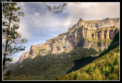 A la izquierda el Tozal del Mallo y a la derecha la cima del Pico Gallinero, situada a 2748 metros de altitud.