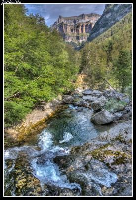 El rio Arazas y al fondo la cima del Pico Gallinero situada a 2748 metros de altitud.