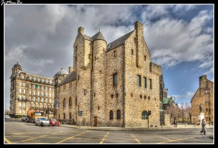 El St Mungo Museo de Vida Religiosa y Arte es un museo de la religión en Glasgow, se encuentra en la Plaza de la Catedral. El edificio del museo emula un estilo medieval para mezclarse con la cercana Provand's Lordship House. Alberga exposiciones relacionadas con todas las principales religiones del mundo, incluyendo un jardín Zen y una escultura de caligrafía islámica.