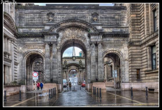 George Square es la plaza principal de Glasgow. Recibe su nombre del rey Jorge III. Trazada en 1781, George Square contiene en la actualidad el Ayuntamiento de Glasgow y una importante colección de estatuas y monumentos, el lado este de la plaza está dominado por el majestuoso Edificio del Ayuntamiento de Glasgow, que se inauguró en 1888. En el lado sur hay varios edificios, incluida la antigua General Post Office, construida en 1878, un edificio de oficinas de estilo Chicago que data de 1924 y la oficina de turismo principal de la ciudad. El lado norte se compone de la Estación de Queen Street, el North British Railway Hotel (actual Millennium Hotel), que data de la década de 1840, Queen Street, que discurre por el lado oeste de la plaza, contiene la Merchants House, en la que se sitúa la Cámara de Comercio de Glasgow, diseñada por John Burnet e inaugurada en 1874. En 1907 John James Burnet añadió dos plantas, coronadas por una torre con una cúpula en la cual está grabado el emblema de la Cámara, un barco sobre un globo terráqueo, un recordatorio de la importancia del comercio marítimo para la prosperidad de Glasgow. El lado occidental también contiene el antiguo edificio del Bank of Scotland. El lado este de la plaza está flanqueado por dos céspedes y contiene también el Cenotafio para recordar a los ciudadanos de Glasgow que perdieron sus vidas en la Primera Guerra Mundial. Una columna de 24 metros de altura, erigida en 1837, muestra al escritor Walter Scott.