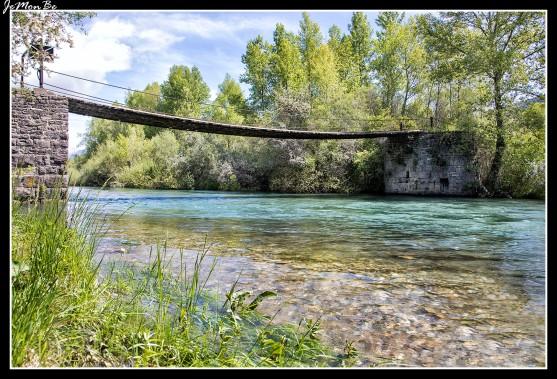 El denominado puente de las pilas se ubica en el antiguo camino que une Senegüé con Larrede y está enclavado en el río Gállego, es una pasarela de madera, sujeta mediante sirgas, tendida entre dos estribos de piedra en las orillas y soportada por tres pilas también de piedras situadas en el interior del cauce. Tiene una longitud de 62 metros. Las pilas se encuentran a distancias irregulares. Son tres construcciones de unos 3 metros de altura, realizadas con sillares en la parte baja, sillarejo sobre ella y mampostería en el remate, como consecuencia de sucesivas reconstrucciones; todas ellas están reforzadas mediante tajamares y espolones de planta triangular, en ambos lados, que les otorgan una planta hexagonal.