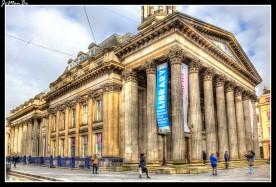 La Galería de Arte Moderno de Glasgow (Gallery of Modern Art, también conocido como GoMA) se inauguró en el año 1996, El edificio en el que se hospeda la Gallería de Arte Moderno es de estilo neoclásico. En sus orígenes era una mansión construida en 1778 para uno de los comerciantes transatlánticos de tabaco más ricos del siglo XVIII de Glasgow, el barón William Cunninghame de Lanishaw. La estatua ecuestre del Duque de Wellington, erigida frente de la entrada del edificio suele estar coronada con un cono de tráfico, convirtiéndose así en uno de los símbolos de la ciudad, tema de postales y recuerdos. Se cree que esta tradición que empezó con una broma se remonta a unos 20 años atrás.