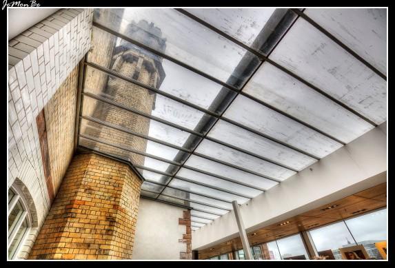 El edificio, diseñado en 1895, era un almacén en la parte posterior de la imprenta del Glasgow Herald. Charles Rennie Mackintosh diseñó la torre, una característica prominente del edificio, para contener un tanque de agua de 8,000 galones. Fue para proteger el edificio y todo su contenido del riesgo de incendio. El antiguo edificio del Glasgow Herald fue renovado y lanzado como The Lighthouse, el Centro de Arquitectura, Diseño y Ciudad de Escocia, cuando el Herald se trasladó a sus nuevas oficinas a principios de los años ochenta, siendo el faro para las industrias creativas de Escocia.