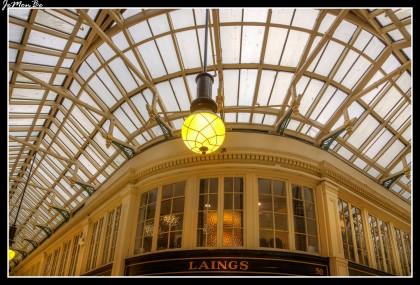 Situado en el corazón de la metrópolis comercial de Glasgow, en la calle Buchanan, Argyll Arcade ofrece la mayor y mejor selección de anillos de diamantes, joyas, alianzas y relojes de lujo en un solo lugar. Considerado como el mayor centro de joyas de diamantes del Norte, el Argyll Arcade alberga a más de 30 joyeros y comerciantes de diamantes, bajo un mismo techo.