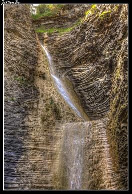 En Orós Bajos tras un breve paseo descubrimos un rincón con magia. Escondido entre las profundas paredes del barranco de Os Lucás, encontramos un pequeño paraíso esculpido durante siglos por la acción del agua.