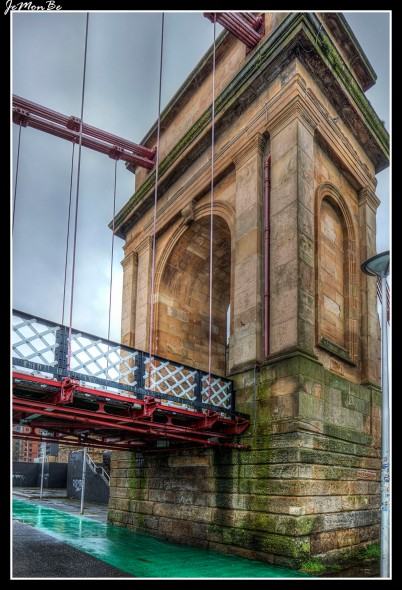 The South Portland Street Suspension Bridge es una pasarela suspendida sobre el rio Clyde en Glasgow, el distrito de Laurieston en el lado norte y de Gorbals en el lado del sur de la ciudad. El puente, está hecho del hierro labrado con los pilares arqueados de piedra arenisca en cada extremo, tiene una longitud en suspensión de 126 metros y una anchura de 4 metros. Fue construido entre 1851 y 1853. El puente se llama así debido a ser la continuación de la calle del sur de Portland en Laurieston