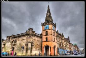El Teatro Tron está ubicado en la esquina de Trongate y Chisholm Street, en el área de Merchant City de Glasgow , Escocia . Desde sus primeros años como club de teatro, Tron se ha convertido en un próspero lugar multifacético. Hogar de la galardonada Tron Theatre Company, es una casa productora de obras teatrales contemporáneas y también funciona como una casa receptora para un variado programa de teatro, comedia y música de Escocia, el Reino Unido y el extranjero.