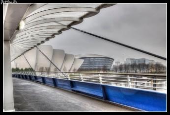 El puente del Milenio es un puente peatonal sobre el río Clyde en la ciudad de Glasgow, construido como parte de las celebraciones del Milenio. El puente une la feria escocesa y el centro de congresos con el centro de Ciencias de Glasgow y Pacific Quay Development al sur. El puente fue abierto al público en 2002