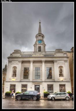 Hutchesons 'Hall es un edificio de comienzos del siglo XIX en Ingram Street, en el centro de Glasgow. El edificio fue construido, como el Hospital Hutchesons, entre 1802 y 1805 según un diseño del arquitecto escocés David Hamilton En junio de 2014, después de una remodelación, James Rusk de The Rusk Company lo restauró y abrió como un restaurante de tres pisos: el steak Hutchesons y la casa del marisco.
