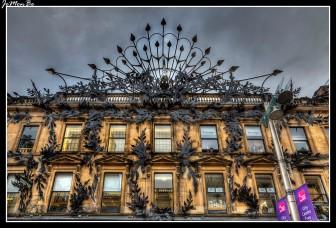 Buchanan Street es una de las principales arterias comerciales de Glasgow, la ciudad más grande de Escocia. Forma el tramo central del famoso distrito comercial de Glasgow con una gama de tiendas generalmente más sofisticadas que las calles vecinas: Argyle Street y Sauchiehall Street.