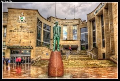Glasgow Royal Concert Hall es un lugar de arte, en la ciudad de Glasgow, Escocia. Durante la fase de construcción, ha atraído muchas críticas de la prensa debido a su enorme coste y la gestión de su construcción, su fachada imponente e incluso la acústica del auditorio principal han sido criticados. El auditorio principal puede asentar a 2475 personas. Tiene cinco bares, un café y un restaurante.