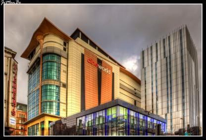 Cineworld Glasgow Renfrew Street con sus 203 pies (62 metros) de altura, es actualmente el cine más alto del mundo. Tiene 18 pantallas en 6 niveles, y puede acomodar a más de 4.300 personas. Su rasgo más distintivo es el enorme muro cortina de vidrio de la cara oriental que alberga una serie de escaleras mecánicas que se cruzan y encienden de color azul neón durante las horas de oscuridad.