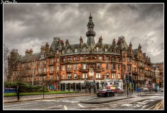 Charing Cross Mansions fue diseñado y construido en un estilo renacimiento francés por John James Burnett en 1891. John James Burnett era una figura influyente en la arquitectura moderna británica y de hecho fue caballero en 1914 por su trabajo en las Galerías Edward VII en el Museo Británico.