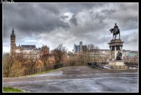 """Esta estatua se encuentra en una posición prominente en el parque Kelvingrove mirando a la Universidad de Glasgow. Es de bronce y muestra a lord Roberts montado a caballo y debajo de él hay tallas de soldados. El hombre de aspecto muy feroz en la parte trasera del monumento es la guerra, la figura femenina en la parte delantera es la victoria con el lema """"virtute et valore"""" (virtud y coraje)."""