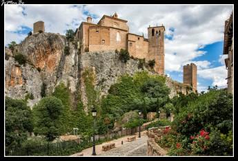 La panorámica del castillo-colegiata coronando el cerro frente al pueblo y rodeado de profundos barrancos, es inolvidable. Adelantada, la torre albarrana y a su derecha, adosada a la muralla de la que forma parte, vemos la torre-esconjuradero. Es un conjunto religioso-militar que surgió como fortaleza musulmana erigida a principios del IX por el caudillo Jalaf-Ibn-Asad, como cabecera de un waliato independiente de la cora oscense, justo en la frontera con los territorios cristianos. Fue reconquistado en 1065 por Sancho Ramírez.