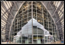 El sec armadillo fue diseñado por los arquitectos Foster + Partners abriendo sus puertas en 1997, es uno de los principales centros de conferencias de Europa, el Auditorio puede acoger a 3.000 personas a 1.200 de ellas en la planta baja. Equipado con múltiples cabinas de traducción simultánea y moderna tecnología de conferencias de la más alta calidad, como la pantalla de proyección de 17,3 por 4,5 metros, ideal para presentaciones impactantes.