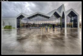 El Museo Riverside del transporte de Glasgow, situado en el polígono industrial del rio Clyde, es mucho más que un espacio dedicado a la automoción, es un lugar que rompe con las normas estéticas y da un nuevo significado a la arquitectura moderna. Enormes fachadas de vidrio dejan pasar gran cantidad de luz al interior, su diseño es obra es de Zaha Hadid, se inauguró en 2011 junto al barco Glasgow Tall Ship, que actualmente se encuentra atracado enfrente. Los materiales utilizados fueron principalmente el acero, el hormigón, el vidrio y los revestimientos en zinc.