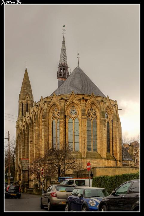 """Hillhead se expandió rápidamente después de la reubicación de la Universidad de Glasgow en Gilmorehill en la década de 1870. La Iglesia de Escocia respondió construyendo una nueva iglesia, que se inauguró el 8 de octubre de 1876, (convertida actualmente en el restaurante """"Mran Mór). En 1978 este edificio se convirtió en la nueva Iglesia parroquial Kelvinside Hillhead."""
