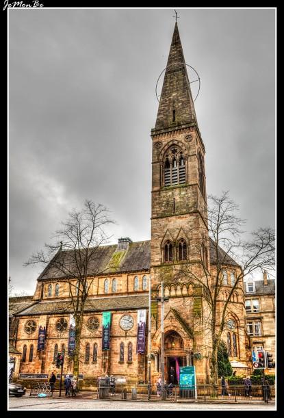 """Antigua iglesia parroquial de Kelvinside, Òran Mór, gaélico de la """"gran melodía de la vida"""" o """"gran canción"""", es un lugar de entretenimiento en el corazón del West End de Glasgow. Cuenta con un bar Victoriano, una wiskeria, John Muir Room Restaurant y Brasserie Restaurant, Live Music, Night Club y el gran auditorio y sala de celebraciones con el techo mural de Alasdair Gray."""