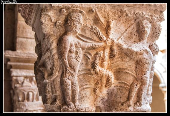Adán y Eva en la escena del Pecado Original representados en un capitel de la Colegiata de Santa María la Mayor en Alquézar.