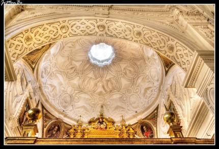 El templo presenta nave única que cubre con bóveda de crucería, con capillas laterales y coro alto a los pies sobre el que apoya el órgano. Desde una de estas capillas, la del Rosario, que se abre en el lado del Evangelio junto al órgano se accede a la de los Lecina o del Santo Cristo abre en monumental portada en estilo barroco labrada en estuco blanco sin policromar. Enmarcada por pilastras corintias con las cajas adornadas con motivos de candelieri barroco. Una reja de bronce con forma abalaustrada cierra el vano de acceso en arco de medio punto.
