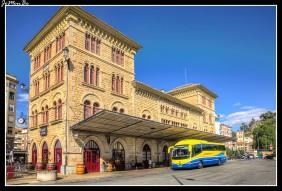 El edificio está situado en la entrada de la zona comercial de Estella de Lizarra, frente al parque de Los Llanos. Era la estación del ferrocarril de vía estrecha, y actualmente la estación de autobuses e información y turismo.