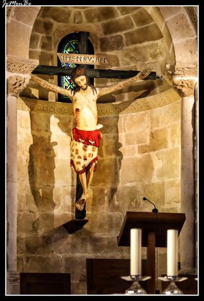 La iglesia de San Pedro de la Rúa en Estella (Navarra) está situada frente al Museo Gustavo de Maeztu, donde se alza una escalinata que lleva hasta la portada.En sus capiteles y arquivoltas encontramos una rica decoración de carácter vegetal, geométrico y figurativo. Sobre las jambas de la puerta una rica figuración de origen clásico y de tipo escatológico, con sirena, centauro, arpías y grifos. Destaca el retablo del Crucificado, del siglo XVII, que contienen en su hornacina principal una talla del Cristo en la cruz de carácter románico, datable en el siglo XIII. En el sotocoro, bajo el ventanal de la torre, se halla una bella sillería barroca y una pila bautismal de factura propia del siglo XII, único objeto litúrgico del edificio primitivo. Sobre las paredes cuelgan lienzos atribuibles al siglo XVII, de desigual calidad técnica. El claustro, de planta cuadrada y del que sólo se conservan las galerías occidental y septentrional, está fechado en torno al año 1170. Sus capiteles, alternan elementos historiados de la vida de Santos (entre ellos, la historia de San Andrés) y de Cristo (Anunciación, Encarnación, Pasión y Resurrección), junto a formas simbólicas de animales (arpías, sirenas aladas, esfinges) y vegetales.