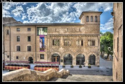 El Museo de Gustavo de Maeztu (Estella) se ubica en el Palacio los Reyes de Navarra, único ejemplar de románico civil de la Comunidad, que ha permanecido como fiel testigo de las grandezas de este burgo en tiempos pasados. El edificio, que fue remodelado en 1991, alberga el legado del polifacético artista Gustavo de Maeztu y Whitney (1887-1947), vitoriano de nacimiento, pero avecindado en Estella-Lizarra hasta su muerte.