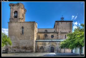 La iglesia de San Miguel de Estella está ubicada en la cima de «La Mota», escarpe rocoso muy adecuado para la defensa de la ciudad. La cabecera tardorrománica consta de cinco ábsides escalonados. Las cinco capillas están cubiertas por bóvedas de horno. Las tres naves, compuestas de tres tramos cada una, evidencian formas góticas, y se corresponden a una reforma realizada en la primera mitad del siglo XVI. Al interior se accede a través de dos puertas, situadas en los lados de la Epístola y del Evangelio. La meridional, del siglo XIII, es muy sencilla, con arquivoltas apoyadas en capiteles decorados con vegetales estilizados y algunas cabecitas. La septentrional reviste mayor interés tanto desde el punto de vista técnico como iconográfico.