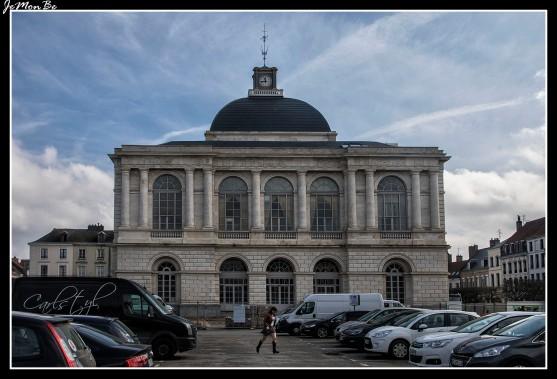 El ayuntamiento, llamado también el molino de café es un edificio neoclásico de comienzos del siglo XIX. En su interior se esconde un colorista teatro a la italiana.