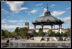 """El Kiosco Peynet, de 1890, también conocido como """"amantes de la cabina"""", es un símbolo de la ciudad de Valence. Situado en el Campo de Marte, cerca del parque Jouvet , lo diseñó el arquitecto Poitoux. Fue representado en los dibujos de Peynet, que le dio su nombre. El dibujo, representa a dos enamorados escuchando la música del kiosco. Ahora hay un corazón dorado debajo de la cúpula del kiosco que recuerda este evento."""