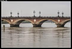 La ciudad es atravesada por el río Garona. Es un puerto accesible para grandes buques. En Burdeos está situado el último puente sobre el Garona, el puente de Aquitania; más allá el río y su estuario sólo es posible atravesarlos en ferry. Tenemos también el puente de Piedra que fue mandado construir por Napoleón e inaugurado en 1822, siendo el primer puente de Burdeos conectando las dos orillas del rio Garona. El puente tiene 17 arcos que es también el número de letras que tiene el nombre de Napoleón Bonaparte.