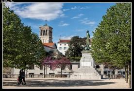 En el medio de la plaza Championnet, junto al Campo de Marte, la estatua rinde homenaje a Championnet, un general del ejército francés natural de Valence que vivió entre 1762 y 1800., conquistó la ciudad de Nápoles en 1799, un año antes de morir.