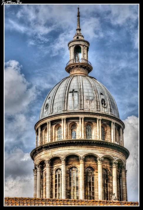 La basílica de Nuestra Señora de la Inmaculada Concepción está situada en el recinto de las murallas de la antigua ciudad es un emblema de la ciudad, con su cúpula de 101 metros de alto, se edificó sobre la antigua catedral medieval de Boulogne.