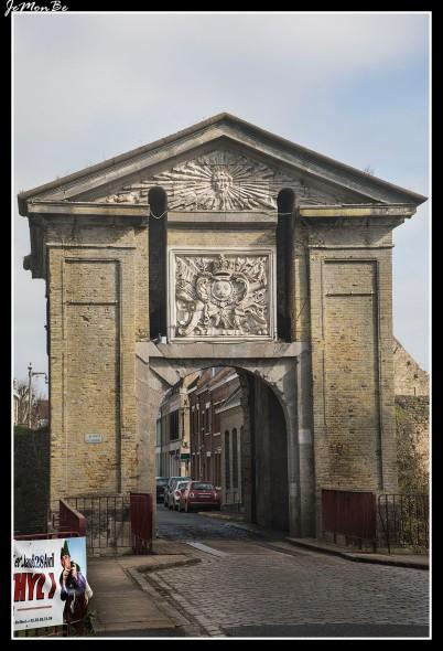 La puerta de Cassel, de aspecto muy clásico, data de la conquista francesa (1668). Es por eso que el sol radiante de Luis XIV aparece bajo el frontón triangular.