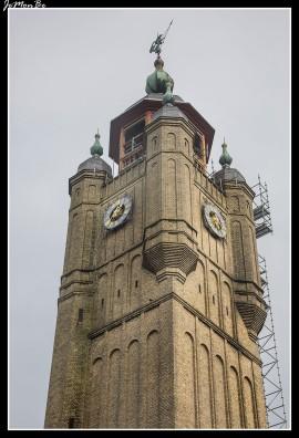 El campanario de Bergues es el símbolo de la ciudad y de las libertades comunales. Más allá de su aspecto simbólico, el campanario tiene un propósito práctico y realiza varias otras misiones, como la Torre de vigilancia, las campanas de comedor, guardia, prisión, la corte, archivos,...