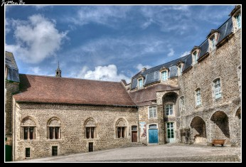 La ciudadela, está construida sobre los cimientos que ocuparon los campos romanos creados por Julio César. Las murallas y el castillo-museo constituyen uno de los últimos emblemas de la arquitectura medieval de ciudad fortificada que quedan todavía intactas en Francia.