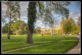 El Parque Jouvet de Valence es un parque público de 7 hectáreas junto al campo de Marte, desde cuyo mirador se puede observar el parque desde arriba y al fondo el castillo de Crussol. Al lado del Campo de Marte es un jardín a la francesa, con simetría y orden mientras que al fondo, al borde del Ródano, se convierte en un jardín más libre, de estilo inglés. Se inauguró en 1905 con la presencia del presidente de la república. Hay varios edificios antiguos y un pequeño jardín botánico, con más de 800 árboles y plantas diferentes.