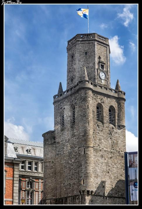 La atalaya gótica del s. XIII cuya base data del XII es la antigua torre del homenaje del castillo de los condes de Boulogne que domina toda la ciudad.