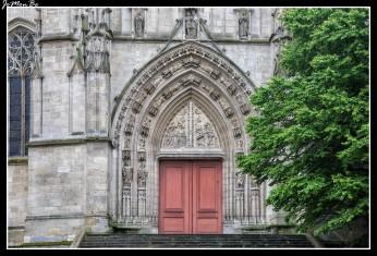 """La basílica de Saint-Michel es uno de los principales lugares de culto católico en la ciudad de Burdeos. Fue construido a partir del siglo XIV al XVI y de estilo gótico. De forma inusual, al igual que sucede en la catedral de Saint-André, el campanario se erige de forma independiente junto a la iglesia, en lugar de en la parte superior de la misma. La torre llamada por los bordeleses """"La Flèche"""". Con sus 114 metros de altura el imponente campanario es considerado el más alto del sur de Francia."""