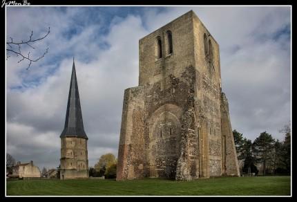 Jardines de Groenberg con los restos de la abadia de Saint-Winoc y la puerta de Marble con su torre cuadrada y su torre puntiaguda.