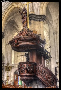 La basílica de Saint-Omer está dedicada a la Virgen de los Milagros. La que fuera antigua catedral, es el último testimonio, en Francia, de la arquitectura gótica. Lo más relevante es que su construcción requirió 300 años y por ello se pueden encontrar características de muchos estilos, románico, gótico primitivo, gótico radiante y, finalmente, gótico flamígero.