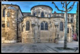La Catedral de San Appolinaire, consagrada en 1095. De estilo románico en el siglo XV le agregaron una capilla lateral. La iglesia tiene un deambulatorio que permite el paso de los peregrinos camino a Santiago de Compostela pues Valence fue y es etapa del peregrinaje. Dentro de la iglesia en un monumento de mármol de Canova se conserva el corazón del Papa Pio VI.