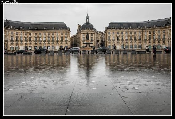 La plaza de la Bolsa, es una bonita plaza en forma de herradura fue trazada entre 1730 y 1755 según los planos de los arquitectos Gabriel, padre e hijo. Los dos edificios que la cierran se caracterizan por las columnas que sostienen los frontones en las plantas superiores: al norte el edificio de la Bolsa y al sur el antiguo Hôtel des Fermes (sede del Museo Nacional de Aduanas). La fuente de las Tres Gracias (1860) preside el centro de la plaza. Frente a la plaza por el lado del río, el espejo de agua con su losa de granito imaginado por Michel Courajoud refleja las elegantes fachadas del s. XVIII gracias a un original sistema de fuentes que alternan el efecto espejo (con 2 cm de agua) con el efecto bruma.