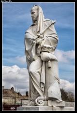 Las ruinas de la abadía de Saint-Bertin y la estatua del abad Suger. El abad Suger fue un personaje decisivo en el desarrollo del arte gótico. Según él, la contemplación de la belleza material permite elevarse al conocimiento de Dios. Con este pensamiento justificó las grandes obras arquitectónicas características de la arquitectura gótica.