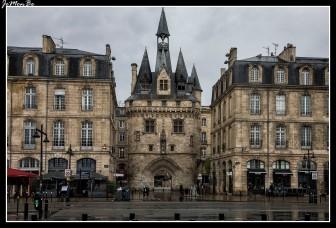 La puerta de Caihau se construyó en 1495, con el objetivo de homenajear a Carlos VIII y se puede apreciar una estatua de este rey en la puerta. Es una puerta con una mezcla de estilos arquitectónicos, tanto gótico como renacentista, con diferentes elementos decorativos y defensivos como es el caso de almenas, linternas y claraboyas, tiene una altura de 35 metros, por lo que se le puede considerar un arco de triunfo. Su nombre puede provenir como alusión a los guijarros (cailloux en francés) que el Garona fue dejando con el paso del tiempo. Es una puerta que formaba parte de la muralla, defensiva de la ciudad.