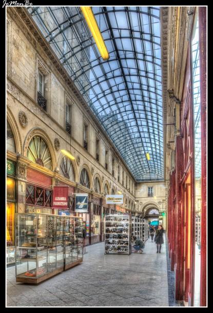 En el centro de la ciudad, tenemos el pasaje Sarget, hermosa calle cubierta, con un hermoso techo de cristal. Está dominado por las construcciones clásicas de dosel de cristal del siglo XIX realizadas bajo la Restauración. El Pasaje Sarget fue construido en 1833. Este pasaje inicialmente privado fue financiado por el comerciante y propietario de barcos de Burdeos Jean-Auguste Sarget . Está abierto al público desde 1878.