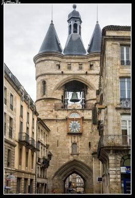 El Grosse Cloche de Burdeos es el campanario del antiguo ayuntamiento de la ciudad. Junto a la puerta Cailhau, es uno de los pocos monumentos civiles de origen medieval que conserva la ciudad. Fue construida en el siglo XV sobre los restos de la antigua puerta de San Eloy (también llamada Puerta de Santiago) del siglo XIII. Bajo la misma pasaban los peregrinos hacia Santiago de Compostela. La campana actual se incorporó en 1775 y pesa alrededor de 7800 kg. Suena cinco veces al año en fechas señaladas. El reloj incorporado en 1759 según los planos del matemático y astrónomo Paul Larroque ha sustituido al de 1567 realizado por Raymond Sudre.